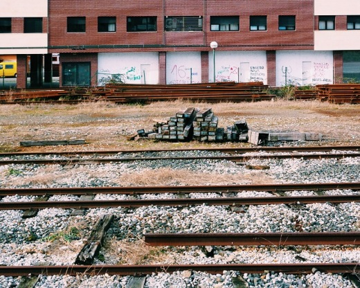 vias tren, ferrocarril, railes, traviesas, herrumbre, hierba seca, FEVE ferrocarriles de via estrecha, estacion de tren, linea Torrelavega - Santander, fotografia de Torrelavega