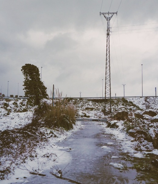 carretera muerta, carretera cortada, fin, lugar abandonado, hielo y nieve, invierno, ola de frio, linea electrica, autovia, fotografia de Torrelavega