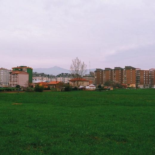 Monte Dobra, montaña, colina, silueta, arbol solitario, edificios, Mies de Vega, periferia, extrarradio, fotografia de Torrelavega