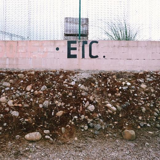 abreviatura, texto abreviado, acronimo, etcetera, tipografia, letras, muro, piedras, valla metalica, fotografia de Torrelavega
