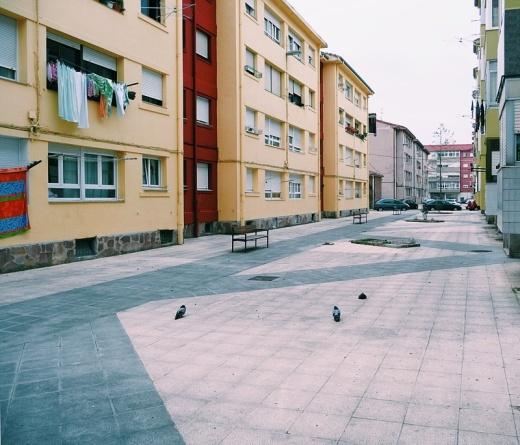 angel caido, metafora, palomas, edificios de colores, fauna local, Barrio Covadonga, fotografia de Torrelavega