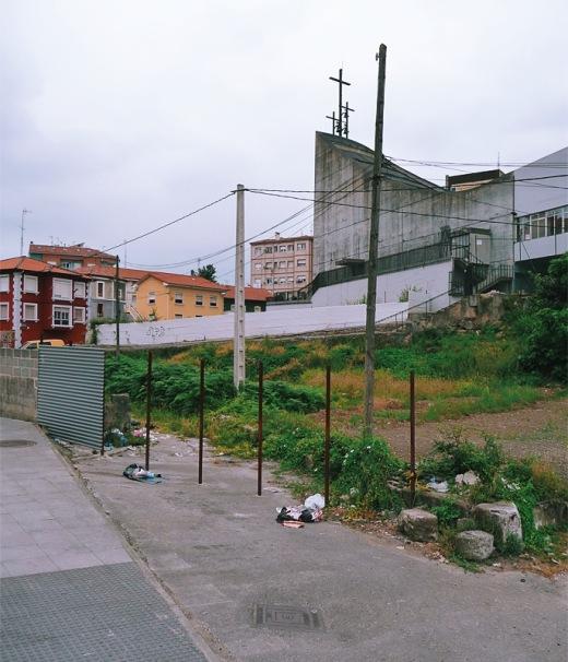 colegio religioso, colegio La Paz, culto religioso, cruces, palos de valla, basura, postes de luz, edificio del P. Francisco Coella, fotografia de Torrelavega