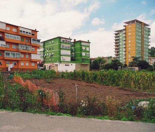huerto urbano, huerta, tierra fertil, plantacion, edificios, torre, Barrio Covadonga, fotografia de Torrelavega