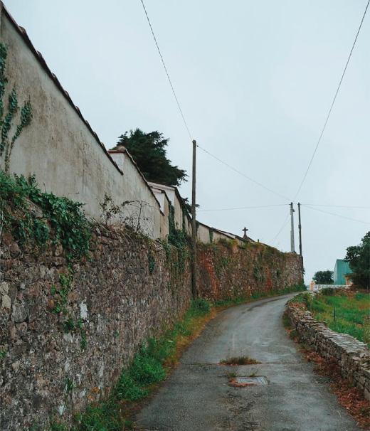 pared cementerio, cementerio religioso, muro de piedra, carretera comarcal, postes de luz, cruz de piedra, Tanos, fotografia de Torrelavega