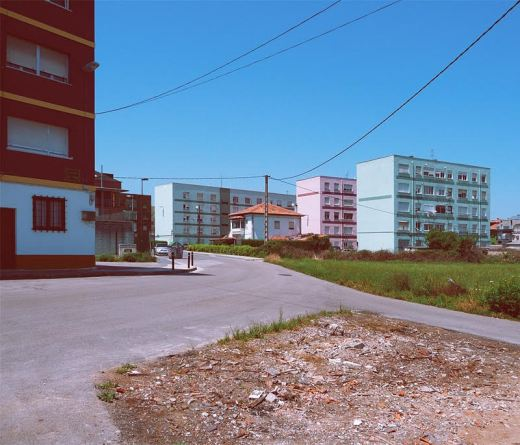 suburbio, afueras, periferia, extrarradio, bloques de vivienda, colores pastel, cielo azul, solar vacio, casa demolida, fotografia de Torrelavega
