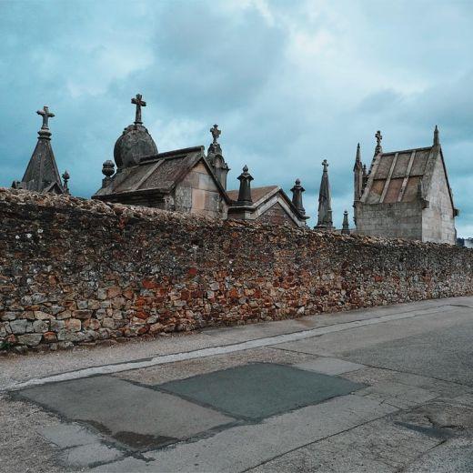 Cementerio de Geloria, camposanto, arte funerario, cielo, muro de piedras, carretera comarcal, parches de asfalto, fotografia de Torrelavega
