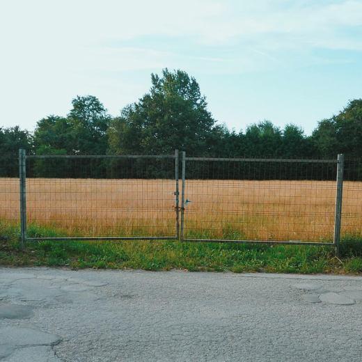 puertas, campo, valla metalica, finca, prado, hierba seca, paisaje de arboles, carretera comarcal, fotografia de Torrelavega