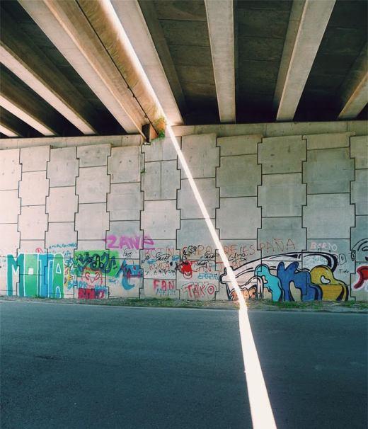 rayo de sol, luz, iluminacion, luz del sol, paso subterraneo, bajo un puente, graffiti, carretera, fotografia de Torrelavega