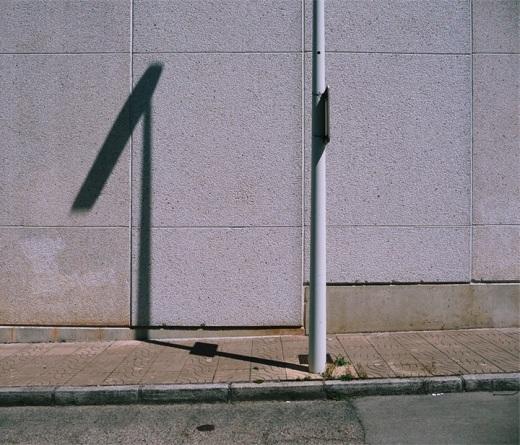 humanoide, antropomorfico, paisaje urbano, pared, acera, farola, sombra proyectada, fotografia de Torrelavega