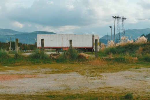 transporte, volquete de camion, aparcamiento para camiones, torres electricas, horizonte de montañas, fotografia de Torrelavega