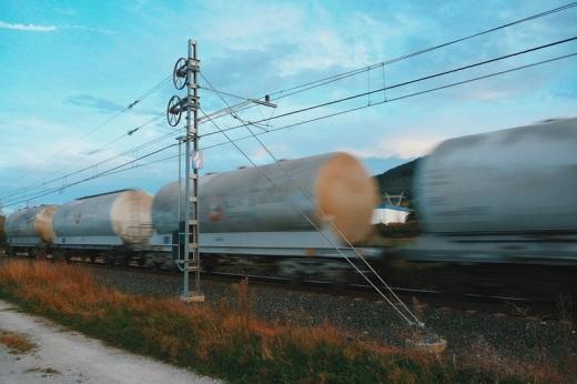 tren de mercancías a su paso por Viérnoles, catenaria, movimiento, atardecer, fotografía de Torrelavega