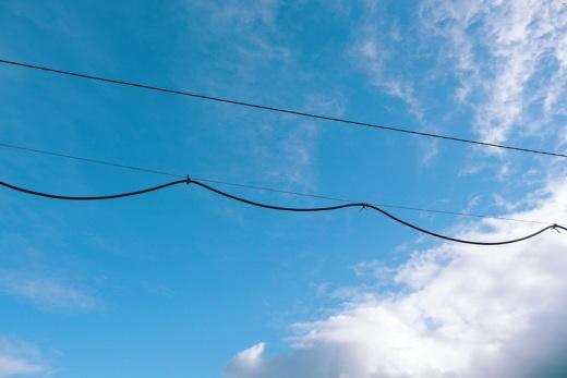 cables, tendido electrico, cielo azul con nubes, dia soleado, fotografía de Torrelavega
