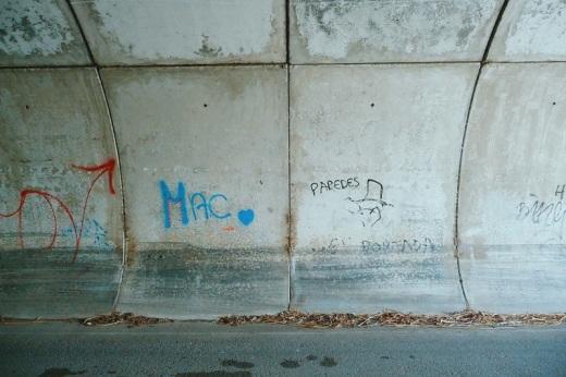 Tunel, paso bajo la autovia, graffiti, hojas secas, piezas de cemento, fotografia de Torrelavega