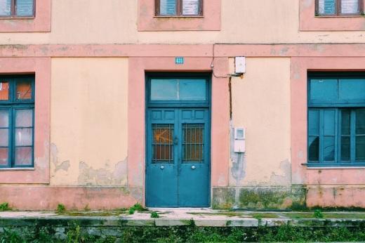 Estacion de ferrocarril abandonada, RENFE, estacion de Sierrapando, colores pastel, fotografia de Torrelavega