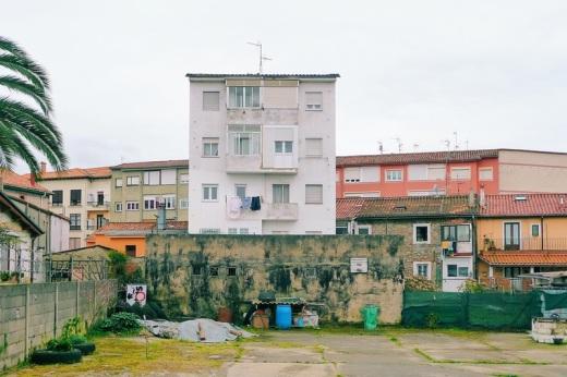 Edificios de colores pastel, patio, explanada, dia nublado, Miravalles, fotografia de Torrelavega