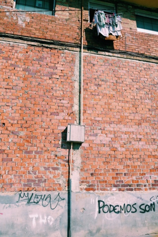 tendal de ropa, pared de ladrillo, caja de luz, dia soleado, fotografia de Torrelavega