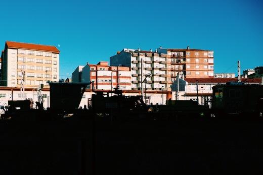 Siluetas, maquina de tren, ferrocarril, edificios, cielo despejado, dia soleado, fotografia de Torrelavega