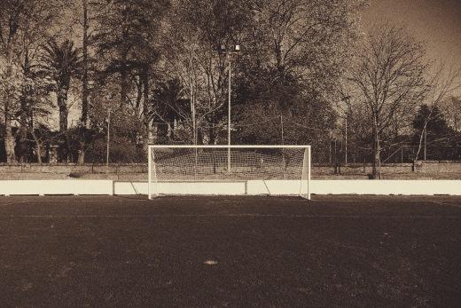 Porteria del campo de futbol del Barreda Balompie, arboles, fotografia de Torrelavega