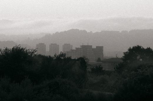 Torres de Carabaza, Edificio del Asilo, niebla, horizonte de montañas, bardales